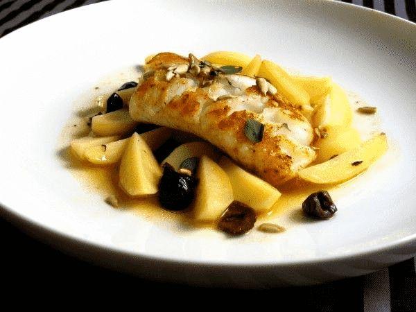 Skrei im Kartoffelsud mit schwarzen Oliven nach Cornelia Poletto | Nur das gute Zeugs by Claus Schlemmer